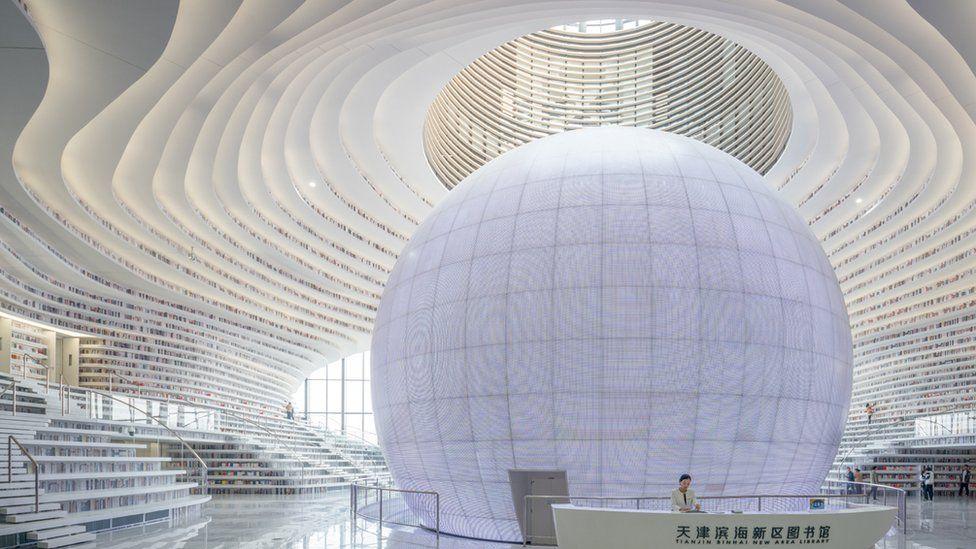 Vista de la biblioteca, con la esfera al centro.