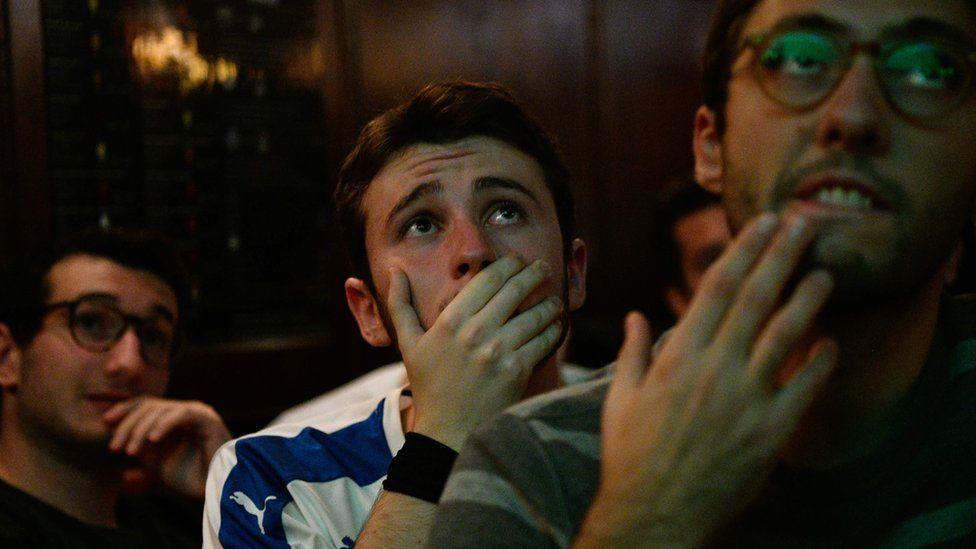 seguidores del equipo de Italia angustiados durante el partido de Suecia vs. Italia