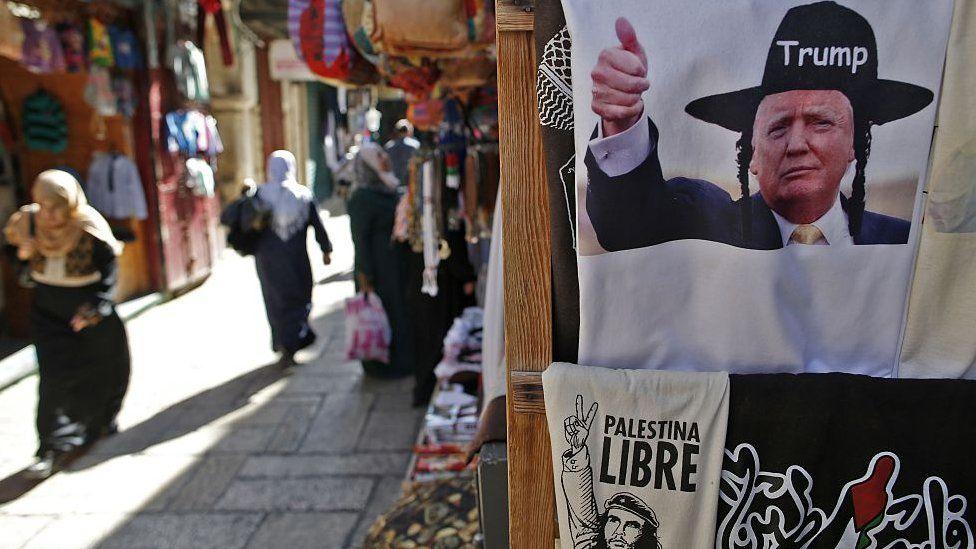 Плакат с изображением трампа в головном уборе хасида