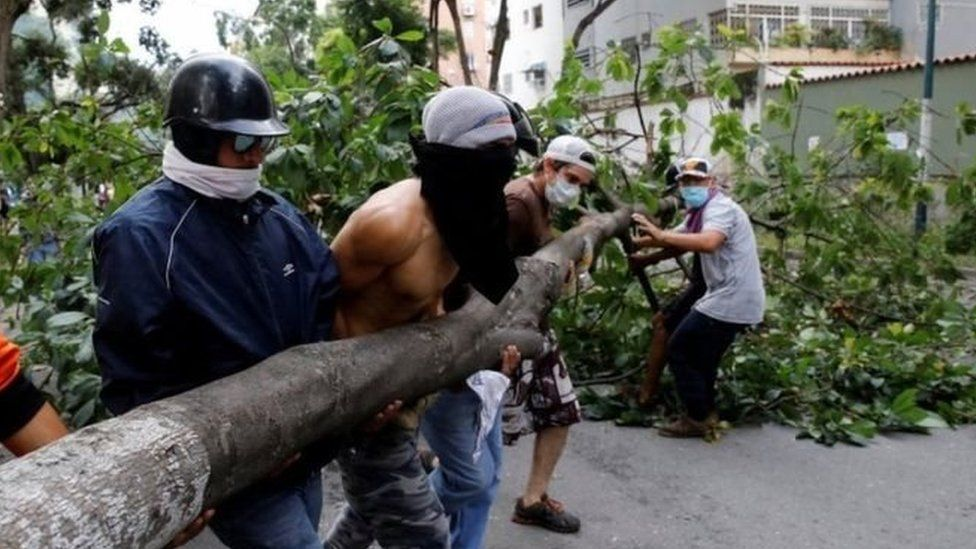 Những người thuộc phe đối lập dùng cây chặn đường phố thủ đô Cacaras