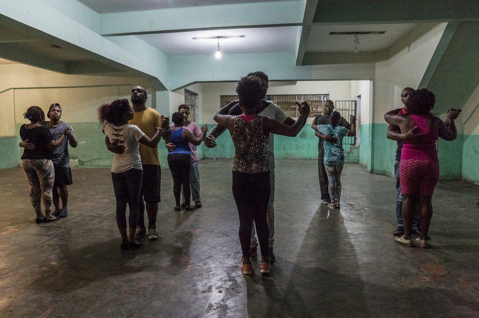 На заброшенной парковке жители устраивают танцы