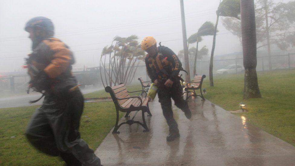 Porto Riko'da kurtarma ekipleri, afet mağdurlarına yardım etmeye çalışıyor.