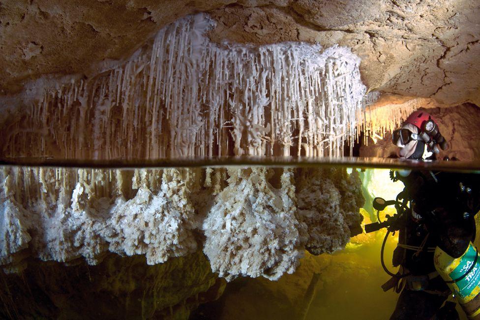 Mallorca'nın su altındaki mağaralarda dalıcı