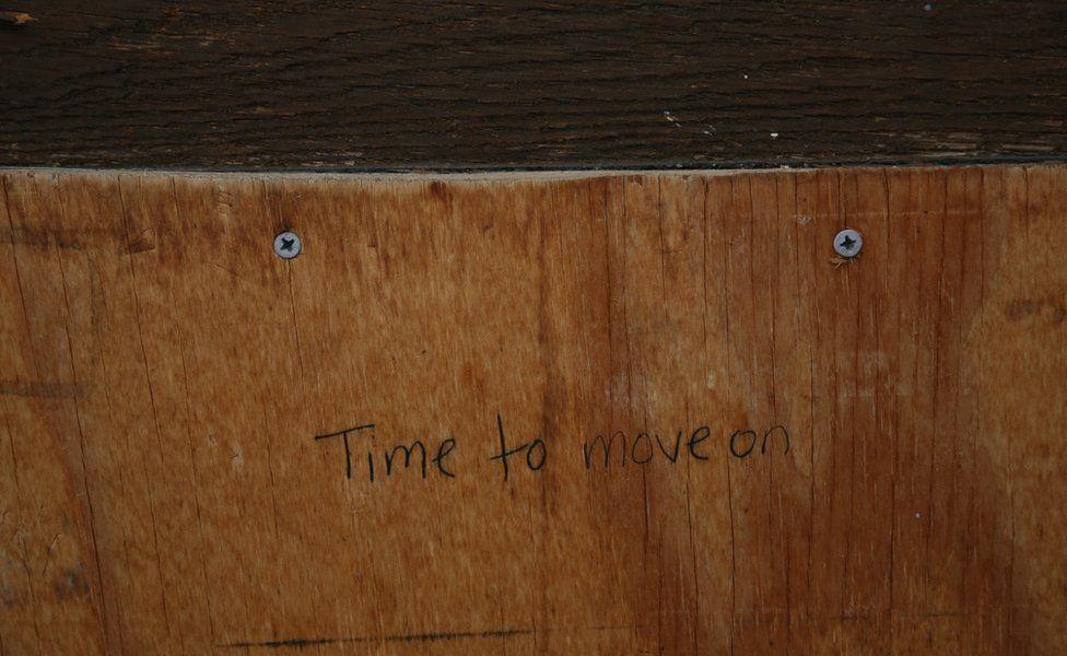 Polis kiliseyi temizlediğinde, ön kapıdan bir mesaj tarandı