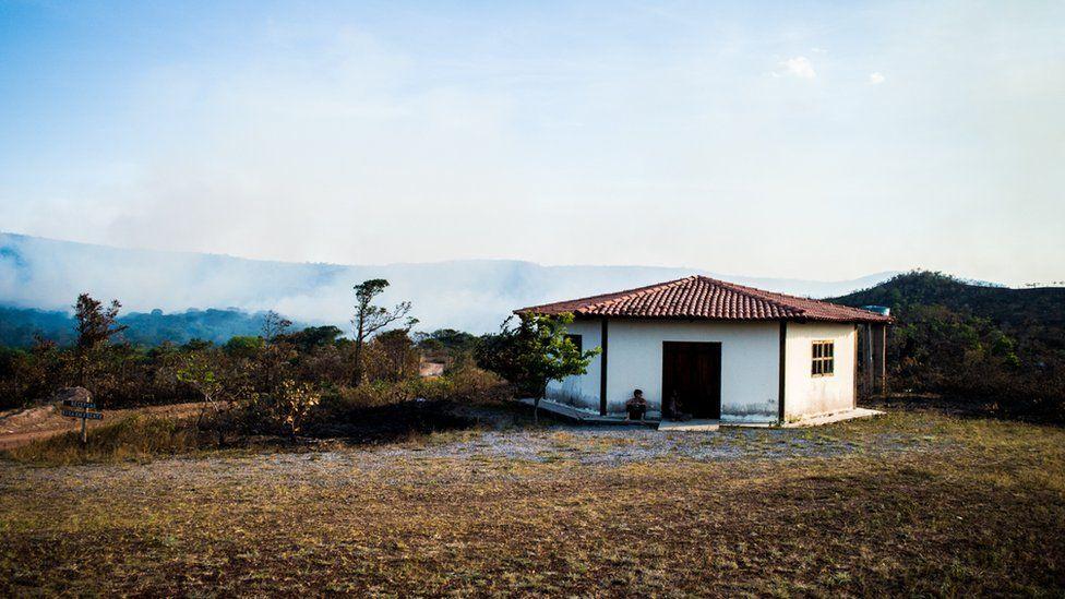 Casa em meio à fumaça