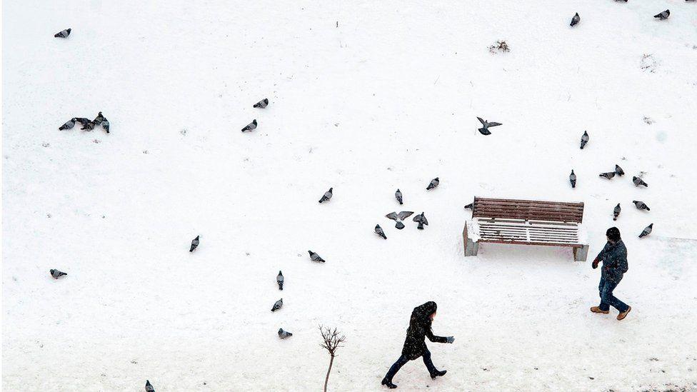 Calles tapadas por la nieve en Pristina, Kosovo.