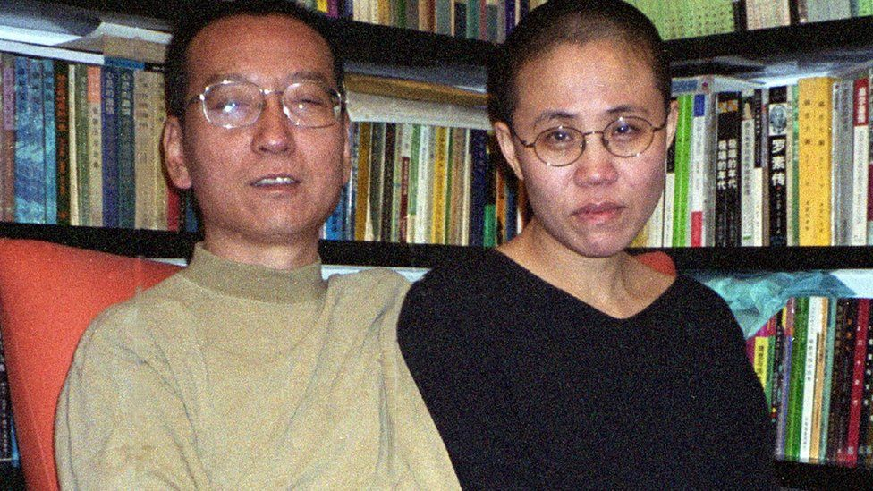 Liu Xiaobo y Liu Xia frente a una biblioteca.