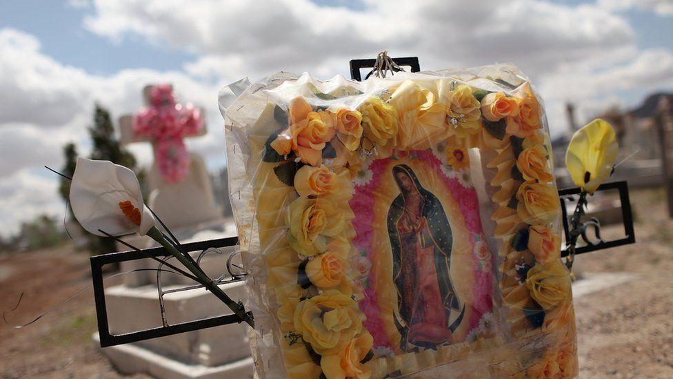 Mezarlar, fakir bir Juarez mahallesinde bir mezarlıkta görülüyor; burada, 24 Mart 2010'da Juarez'de birçok kişinin şiddet suçu kurbanları var.