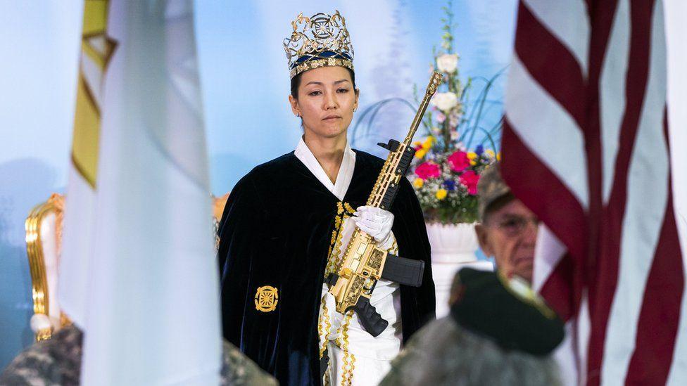 Yeon Ah Lee Moon sostiene un AR-15 dorado.