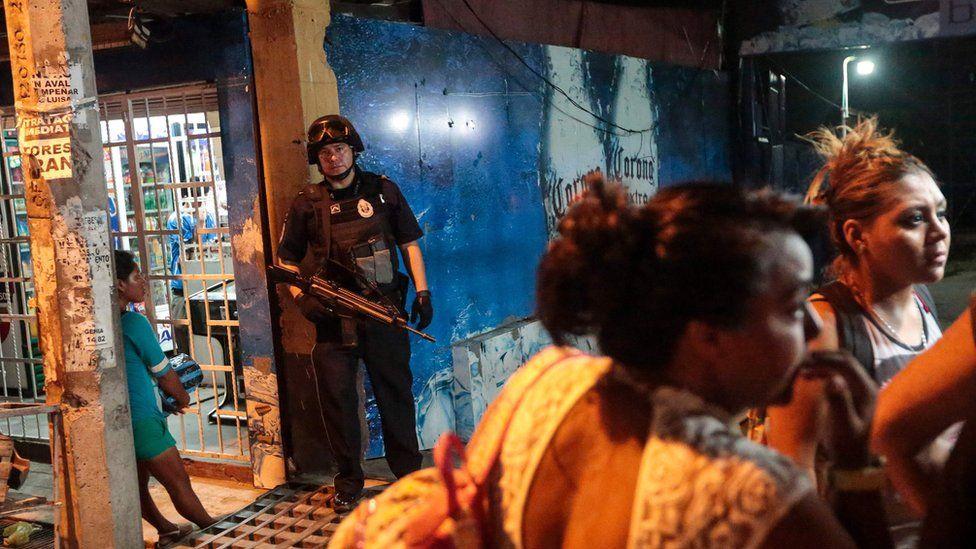 Bir federal polis memuru, bir adamın 16 Temmuz 2016'da Meksika Acapulco'da silahlı kişiler tarafından vurularak öldürülen bir bar girişinde duruyor.