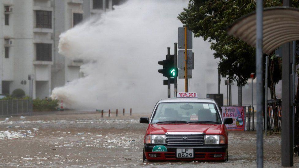 香港杏花邨台风下海水倒灌淹没道路(23/8/2017)