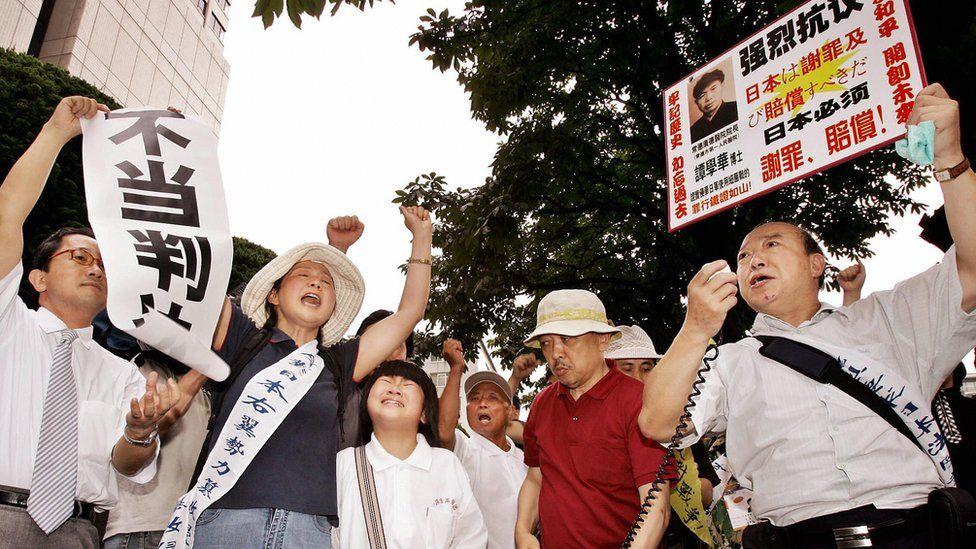 Una protesta a las afueras de la Corte Suprema de Japón el 19 de julio de 2005, cuando el tribunal ratificó la existencia de