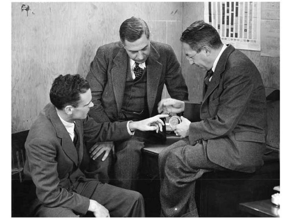 Edward Bowen (izq) fue miembro de la misión británica que trajo el primer magnetrón a EE.UU. en 1940. (Foto: cortesía del MIT).