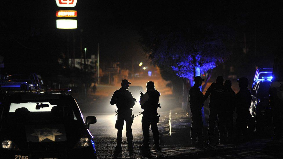 Meksika Ordusu ve Federal polis mensupları, 7 Şubat 2017'de Sinaloa eyaleti olan Navolato'daki Villa Juarez mahallesinde düzenlenen organize suç cinayetinden sonra bir suç mahallini devriye gezdiler