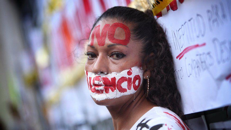 """Bir kişi bir gazeteciye katıldı """"15 Haziran 2017'de Mexico City'deki gazetecilere yönelik son saldırılarda adaleti protesto etti."""
