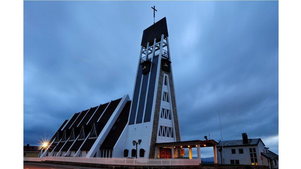 Здание церкви в Хаммерфесте напоминает ракету на старте в небеса