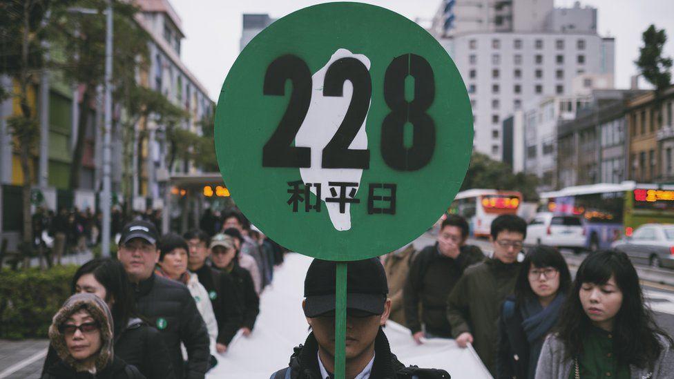 2017年是228事件七十週年,吉華拍下當時遊行的照片,也成為書本的封面。