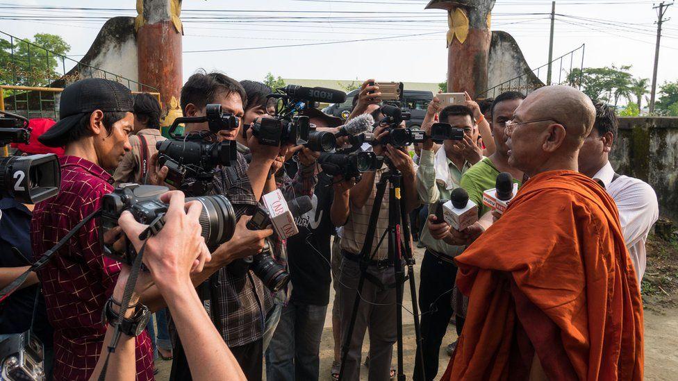 مونگڈاو میں ایک راہب صحافیوں سے بات کرتے ہوئے