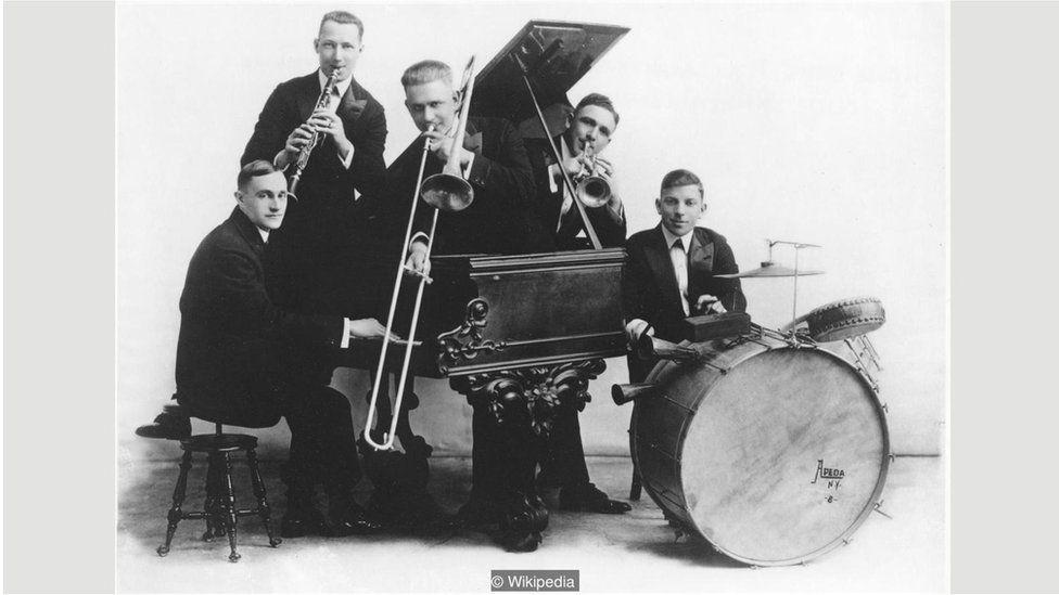 Bài Livery Stable Blues của nhóm Original Dixieland Jass Band là bài đầu tiên được ghi âm nhưng bài Tiger Rag sau đó lại ảnh hưởng hơn