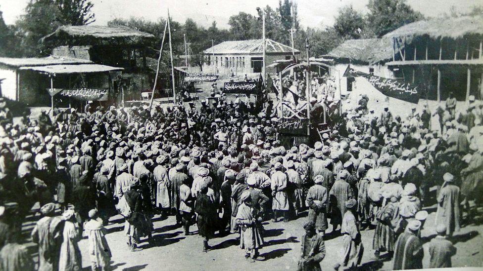 Площадь Свободы в Душанбе. Жители таджикской автономии отмечают первую годовщину провозглашения ТССР