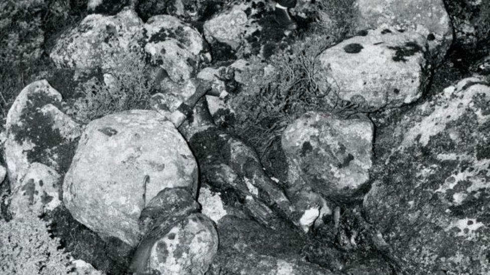 Foto de archivo que muestra el cuerpo de la mujer de Isdal entre las rocas.
