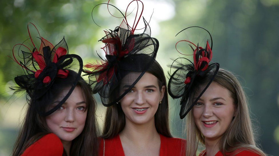 Девушки в шляпах