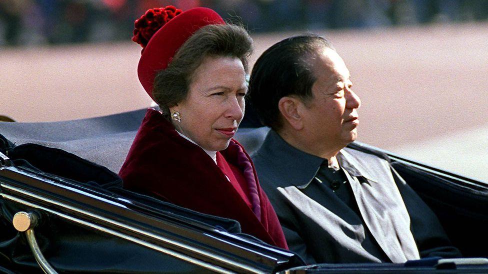 錢其琛(右)與安妮公主(左)搭乘馬車抵達白金漢宮(19/10/1999)