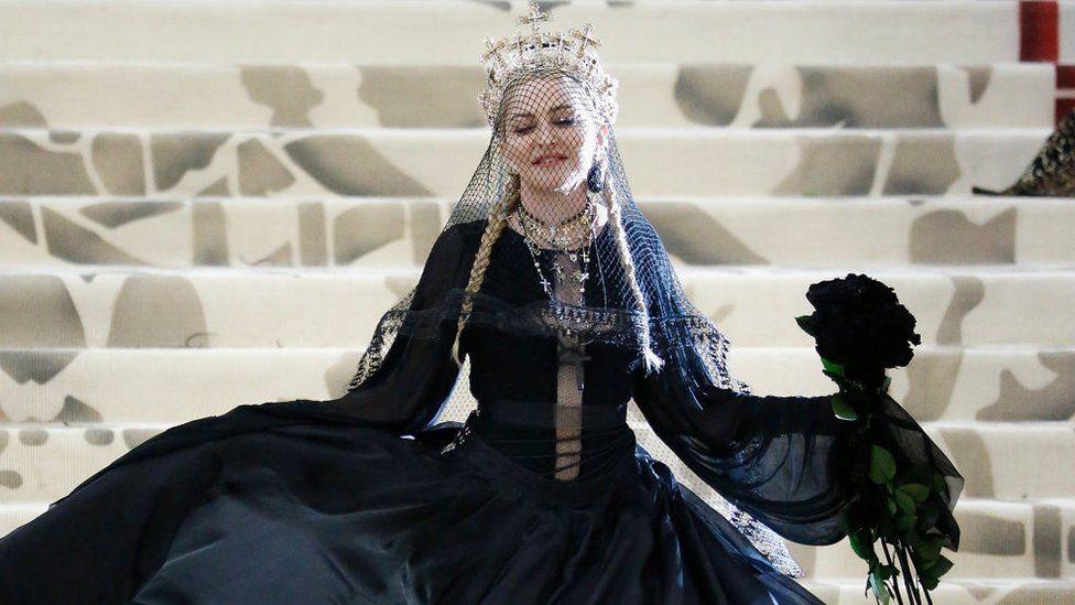 Певица Мадонна в наряде от Жана-Поля Готье