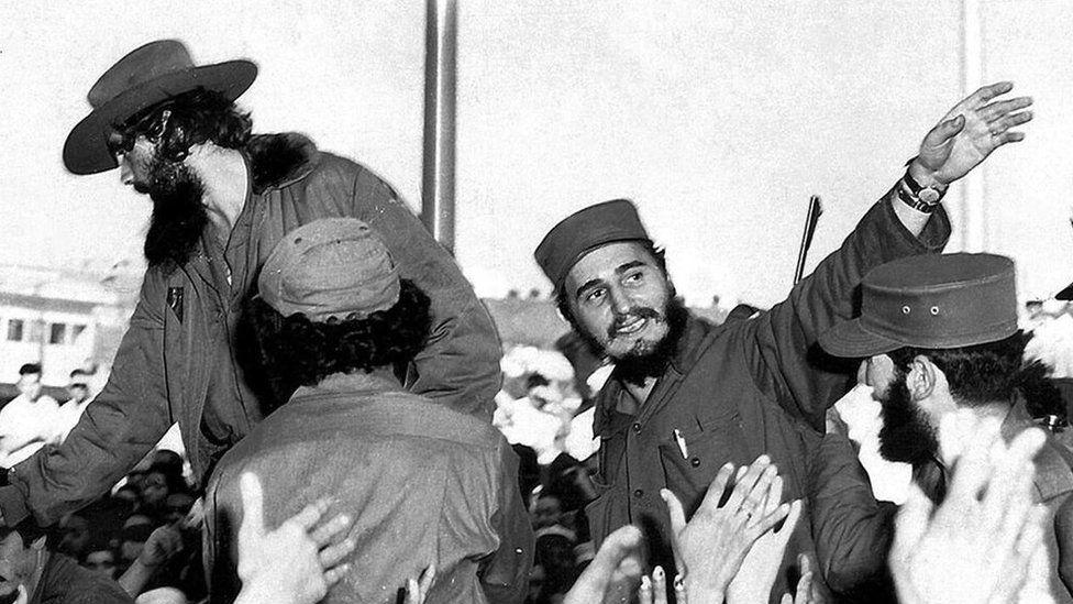 1959年1月,擊敗巴蒂斯塔後不久,卡斯特羅在古巴首都向人群招手