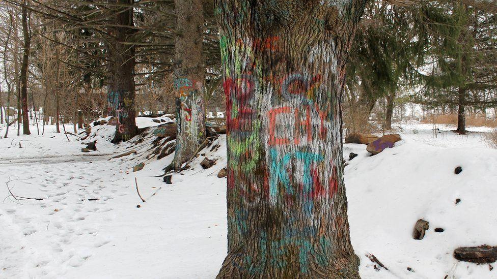 Покинуте містечко притягує до себе вуличних художників. Одну зі старих доріг, тепер перекриту через осідання ґрунту, називають Ґрафіті-хайвей