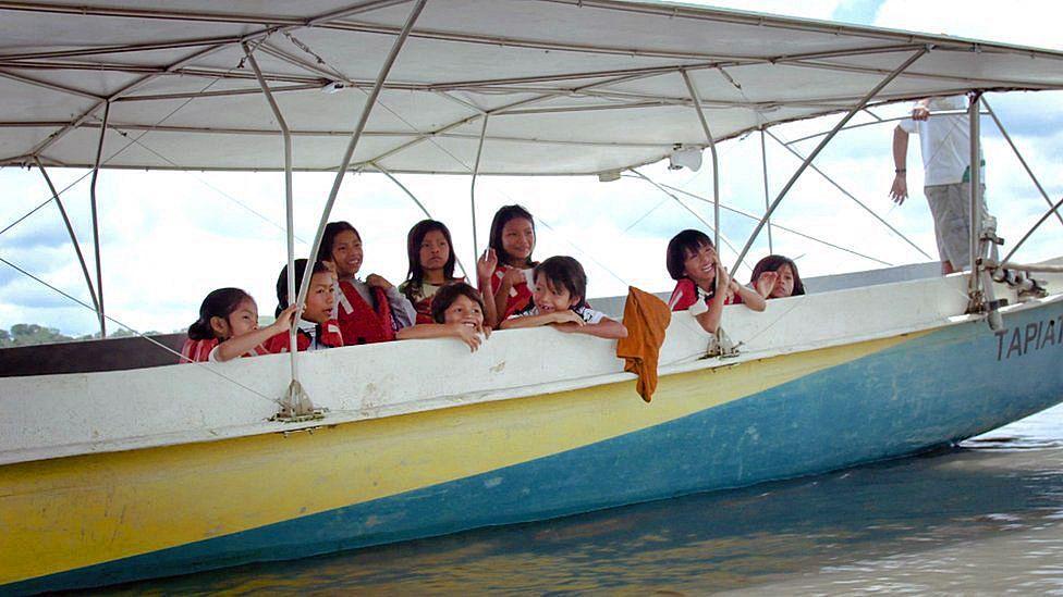 Viaje en canoa a la escuela