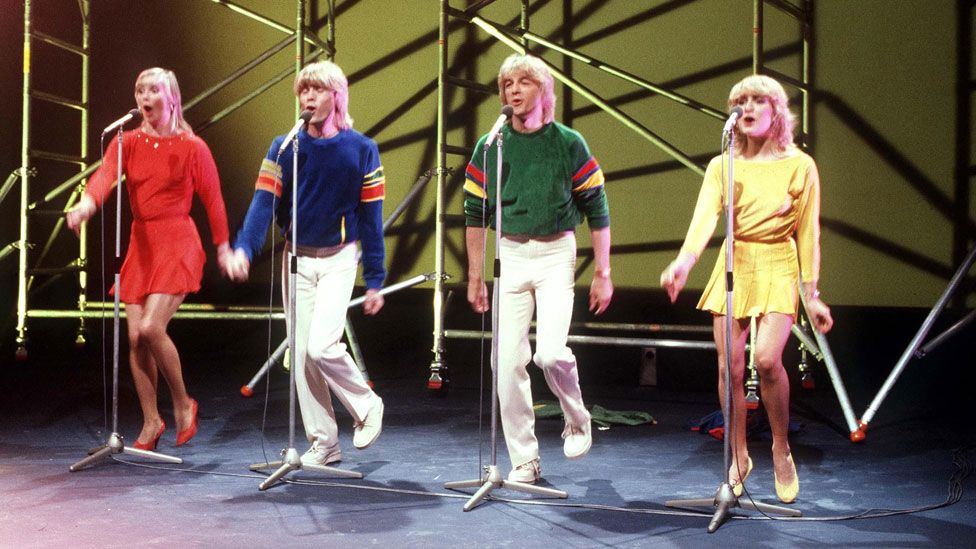 1981 yılında İngiltere'ye tekrardan birincilik getiren Bucks Fizz'in başarısında ana renklerdeki kıyafetlerinin ve kızların çıtçıtlı eteklerinin de etkisi olmuştu.