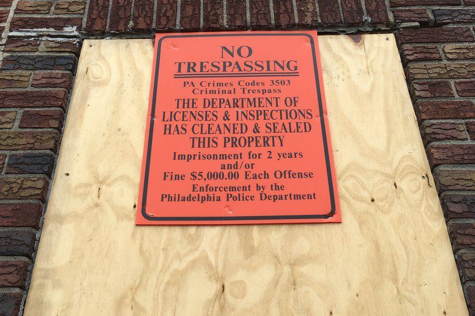 Cartel de edificio abandonado.