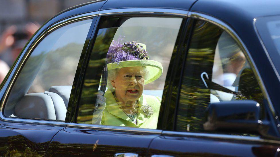La reina Isabel II a su llegada a la capilla San Jorge del castillo de Windsor.