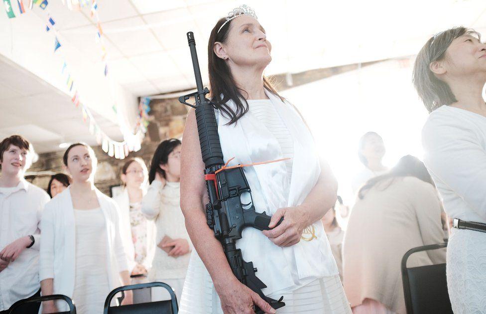 Una mujer sostiene un AR-15