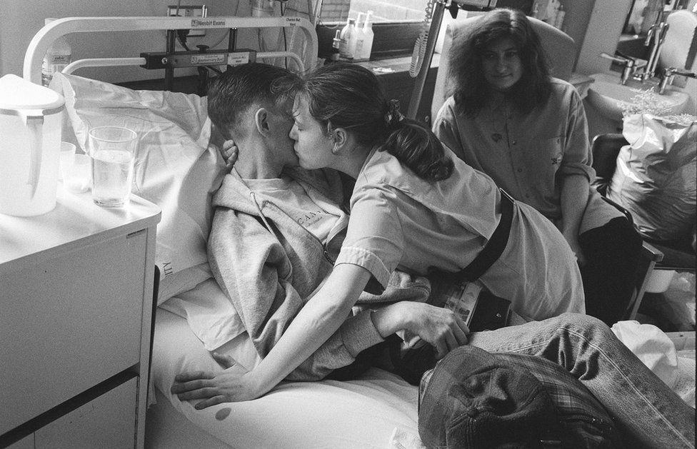 сестра целую юного пациента