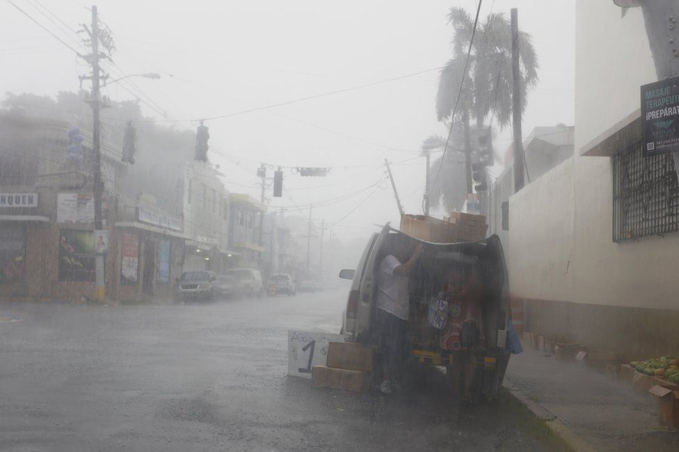 Porto Riko'da güçlü rüzgarlar ve sel nedeniyle elektrik kesintileri yaşanıyor.