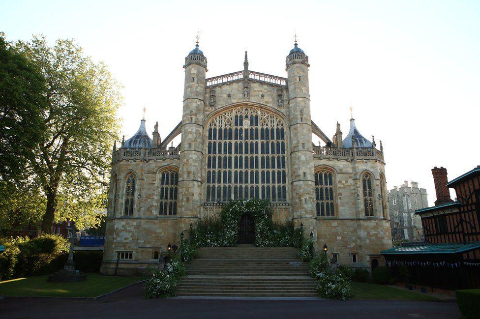 Цветы и листва окружают Западную дверь и ступени часовни Святого Георгия в Виндзорском замке для свадьбы принца Гарри с Меган Маркле