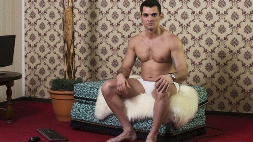 Hombre en shorts frente a una cámara