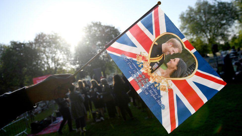 Bandera con foto de Harry y Meghan