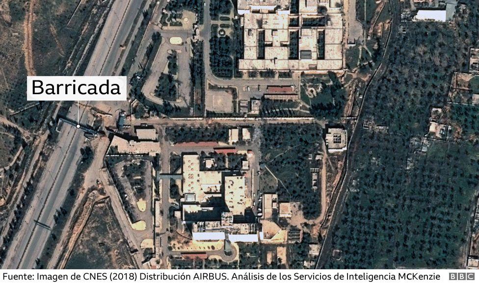 Imagen satelital muestra una barricada cerca de un hospital en Guta Oriental