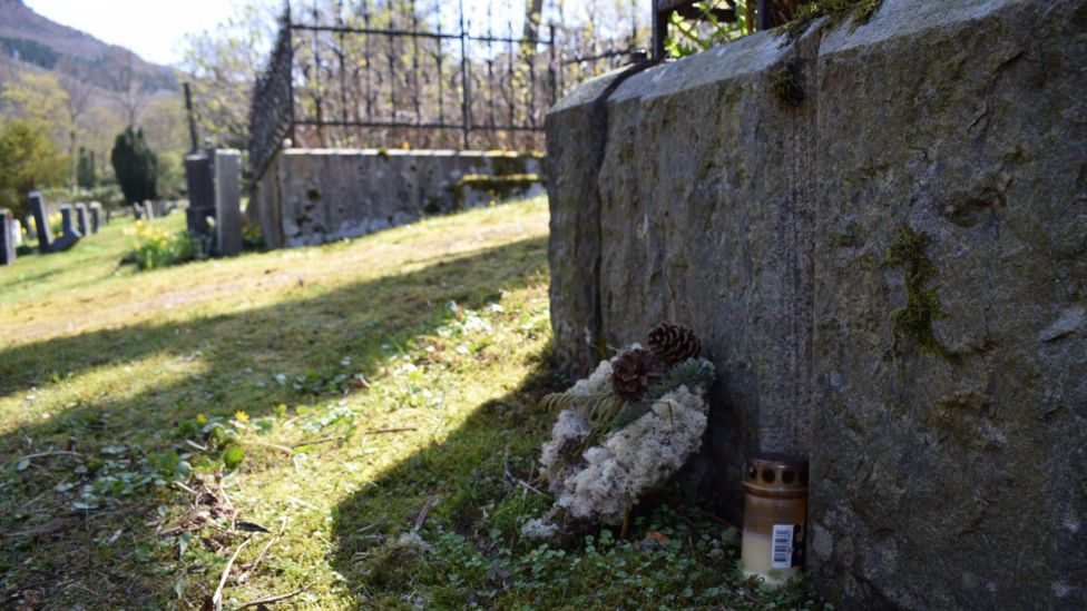 The unmarked grave where the Isdal Woman's body is buried. The site is marked with a small wreath and candle