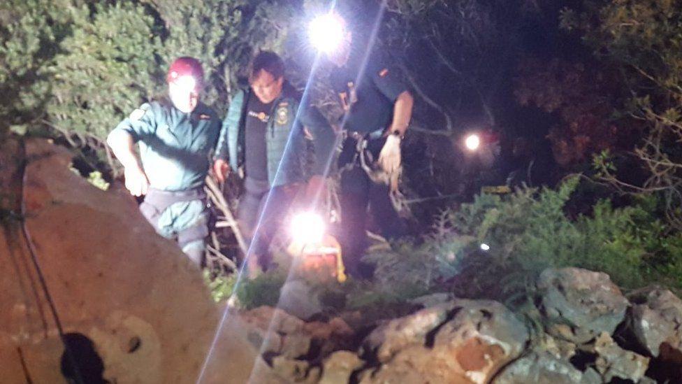 Xisco Gràcia iki kurtarıcı tarafından mağaradan yardım altına alındı