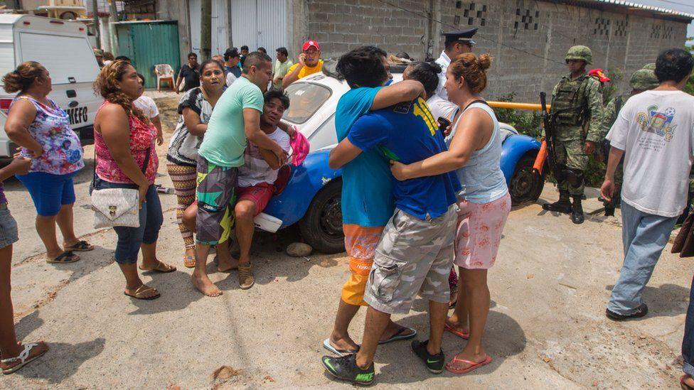 Acapulco'nun 17 Mart 2016'da Meksika'nın Guerrero Eyaletindeki Icacos mahallesinde sokakta yakalanan beş kişinin akrabaları öldürüldü