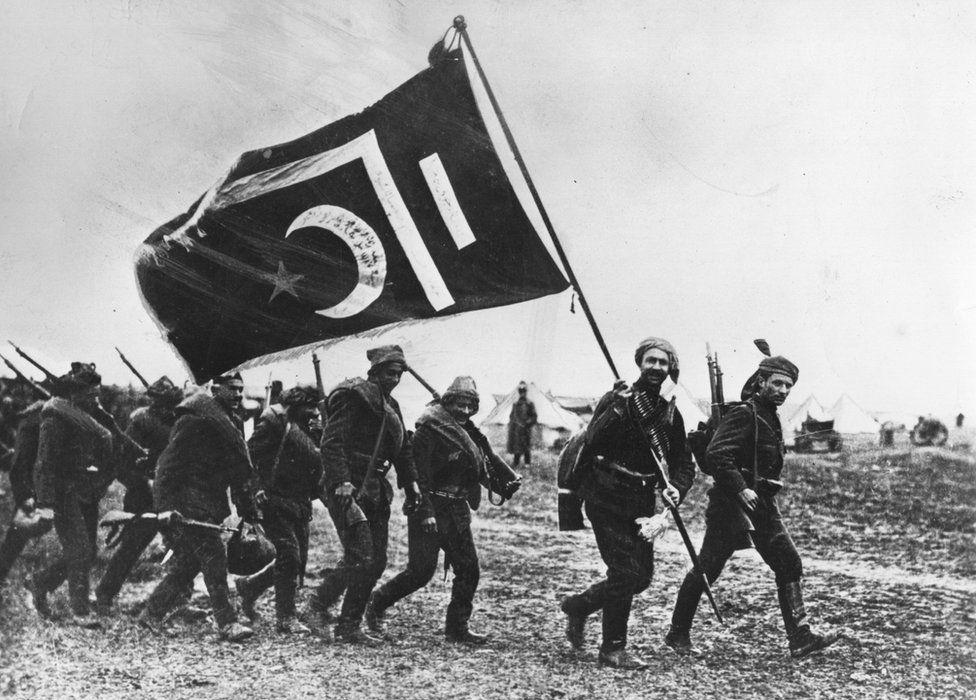 1917 yılında Türk askerleri. Rusya Ekim Devrimi'nin ardından 1. Dünya Savaşı'ndan çekilmeden önce Osmanlı'ya karşı savaşıyordu