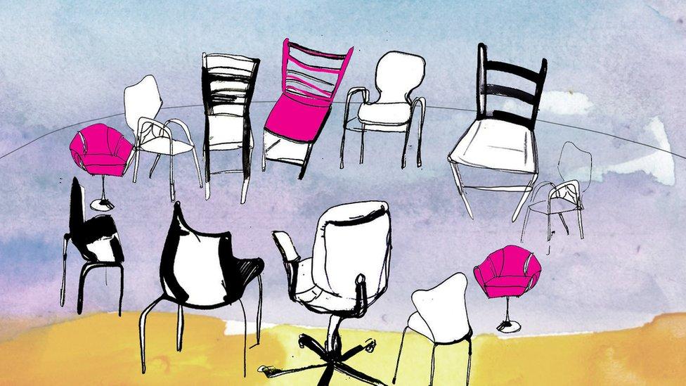 Иллюстрация BBC, показывающая кольцо стульев на сеансе групповой терапии