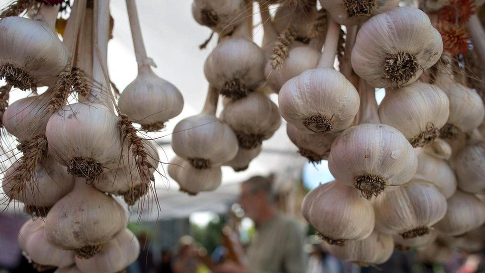 https://ichef-1.bbci.co.uk/news/976/cpsprodpb/D8BF/production/_98778455_garlic3.jpg