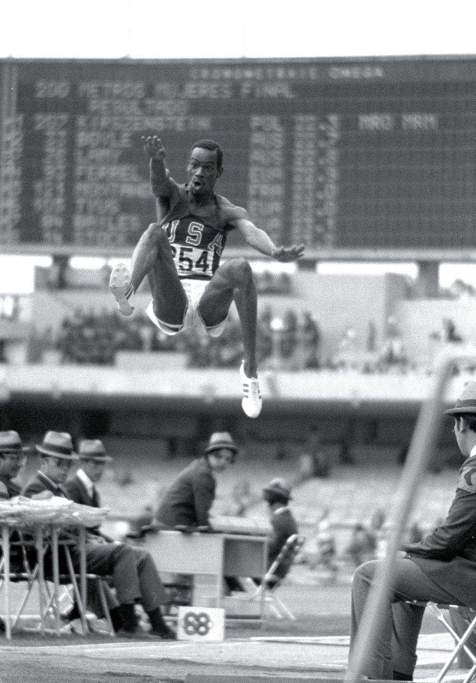 Bob Beamon, de los Estados Unidos, rompe el récord de salto de longitud durante los juegos de México en 1968.