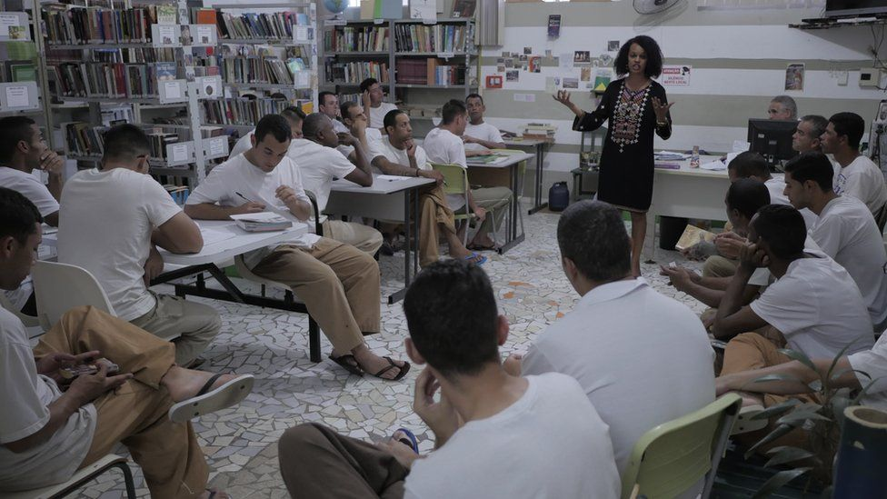 Crime, castigo e livros: as resenhas que reduzem penas em prisões superlotadas