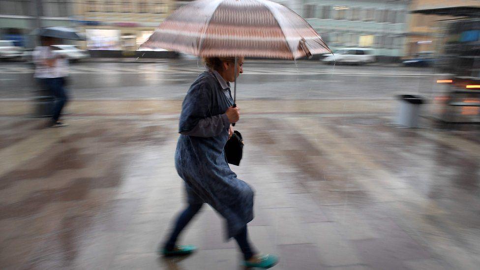 женщина под зонтом